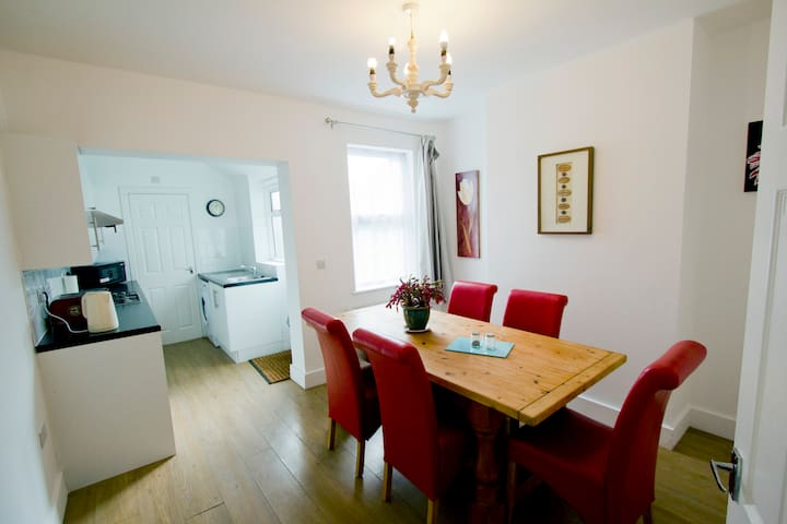 Southend Airport Cottage by Short Let Southend