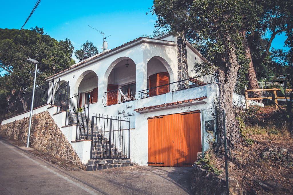 La villa, ses terrasses et son garage depuis la rue