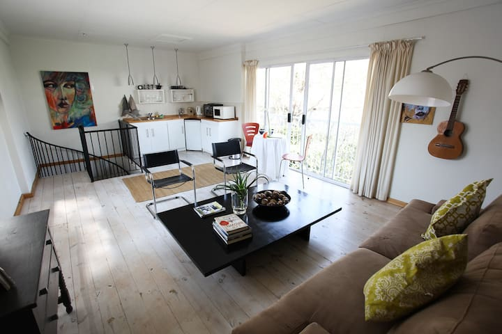Cute garden cottage with bright airy loft - Randburg - Pensione