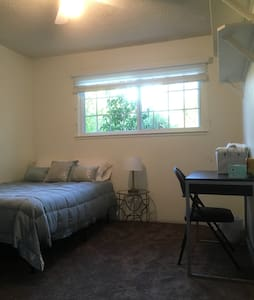Cute private room in home - Redding
