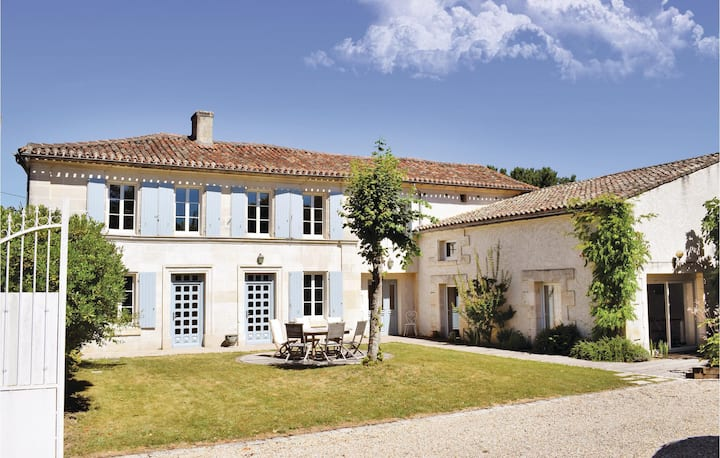 Holiday cottage with 4 bedrooms on 230m² in Champmillon