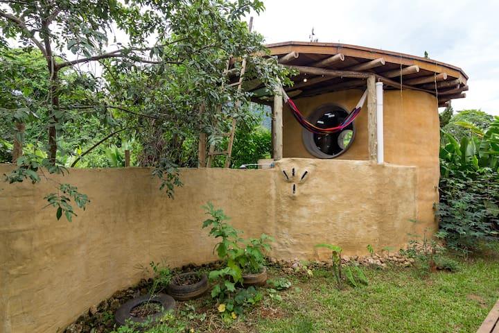 Casa de terra com teto verde a 2 minutos da praia