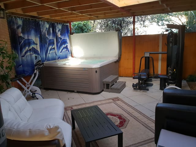 SELF CONTAINED PLACE WITH  HOT TUB FACILITIES