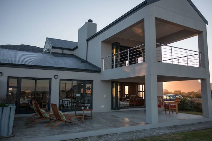 COZY BREAK AWAY!  separate outside room with patio - Betty's Bay - Casa