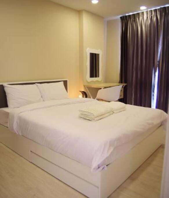 Queen size bed (5ft width)