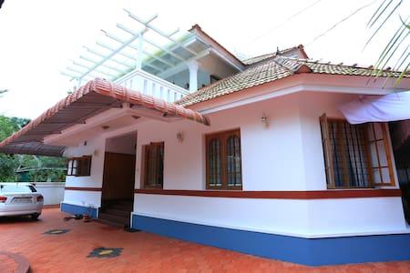 Nirmalyam Elantholy House - Irinjalakuda - House