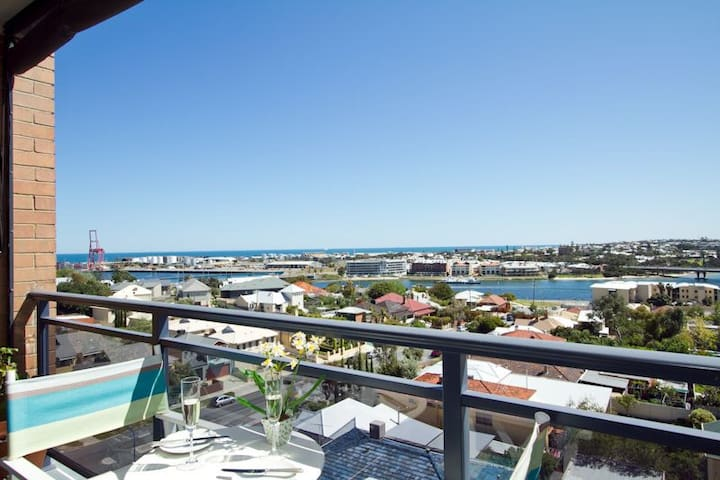 Views to die for... - East Fremantle - Flat