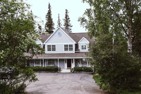 Beautiful Hillside Haven - minutes from trails