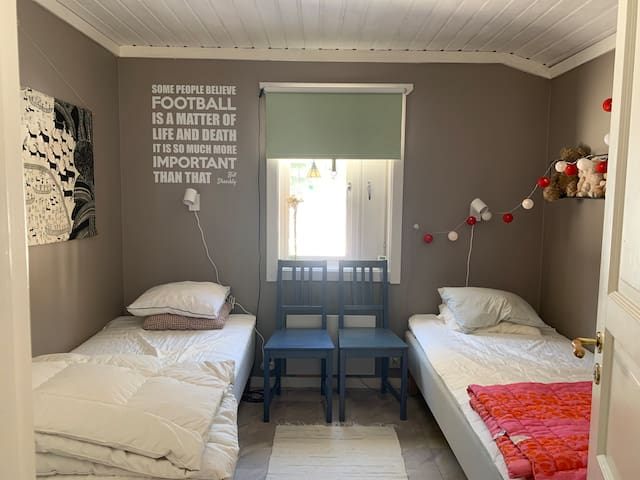 Sovrum med 2 enkelsängar
