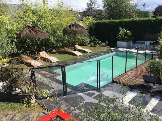 Au bord de la piscine, au sud d'Angers