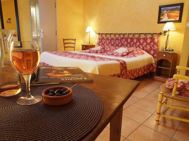 B&B Provence: bedroom Tournesol - Le Barroux - Bed & Breakfast