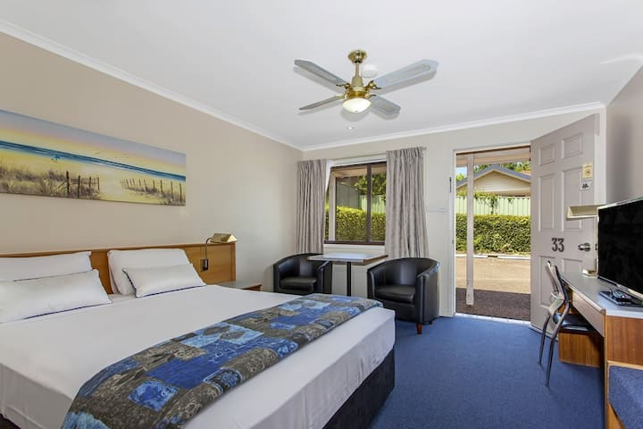 Reign Inn Newcastle Queen Poolview Room