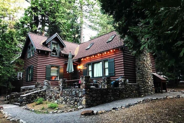 Classic Tahoe Park cabin - 1 block from HOA beach and Sunnyside