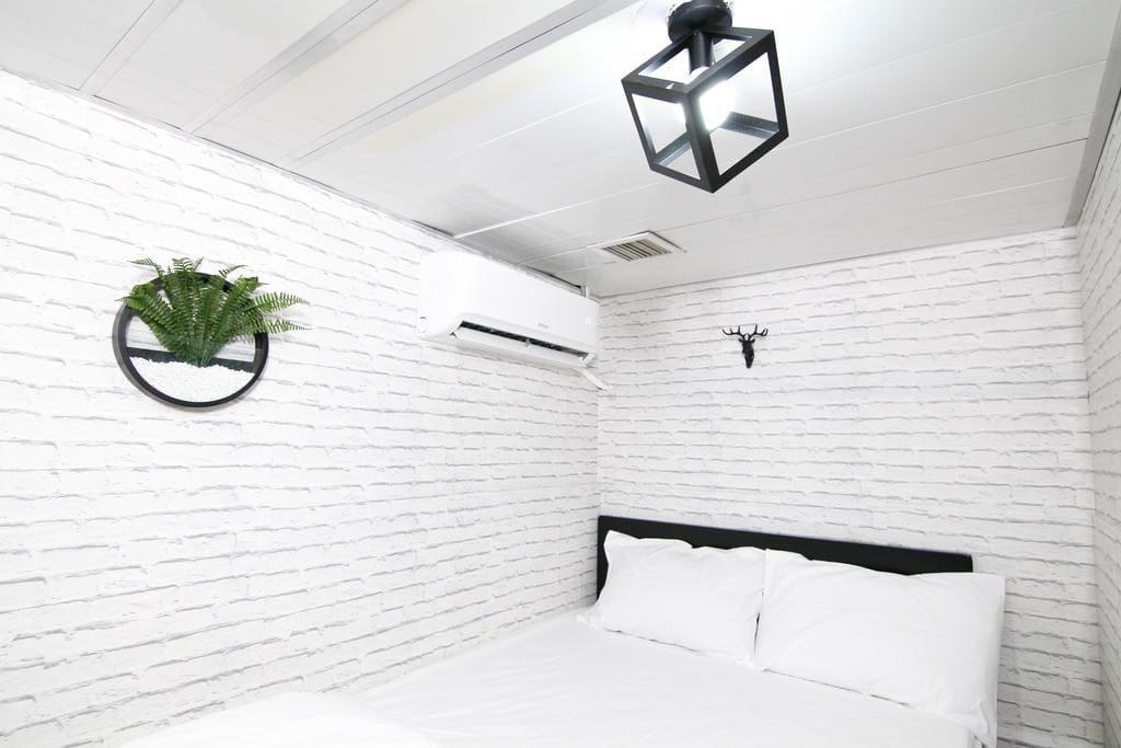 雙人大床房 (不設窗戶)