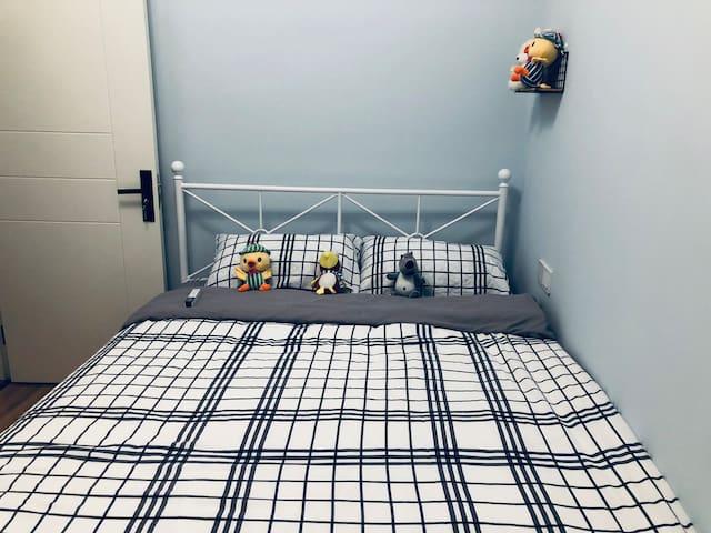 干净,清爽的蓝色屋子,俏皮的玩偶可以陪着你和你孩子心情舒爽(屋里有美的空调,床上纯棉四件套、羽绒被、羽绒枕,舒适的床垫加棉絮,让你有个休息的好环境)