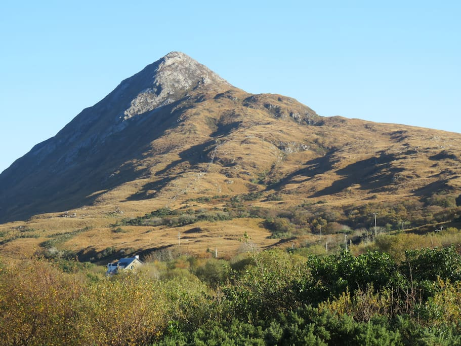 2 min walk from Diamond Mountain and Connemara National Park.