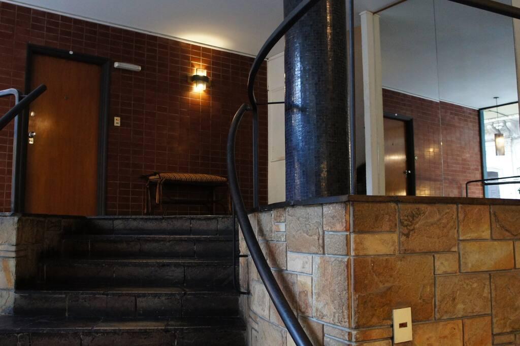 En el lobby del edificio, la escalera, de diez escalones, es cómoda y ancha