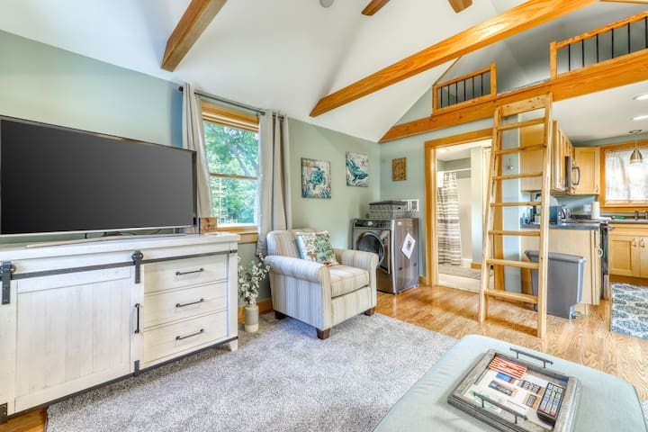 NEW LISTING! Charming Cottage w/a fully-equipped kitchen & Netflix streaming!