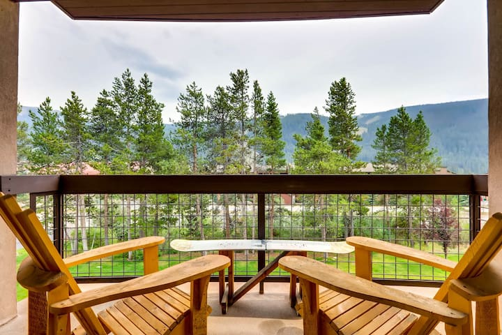 Family-friendly condo w/mountain views, shared hot tub & pool - shuttle to lifts