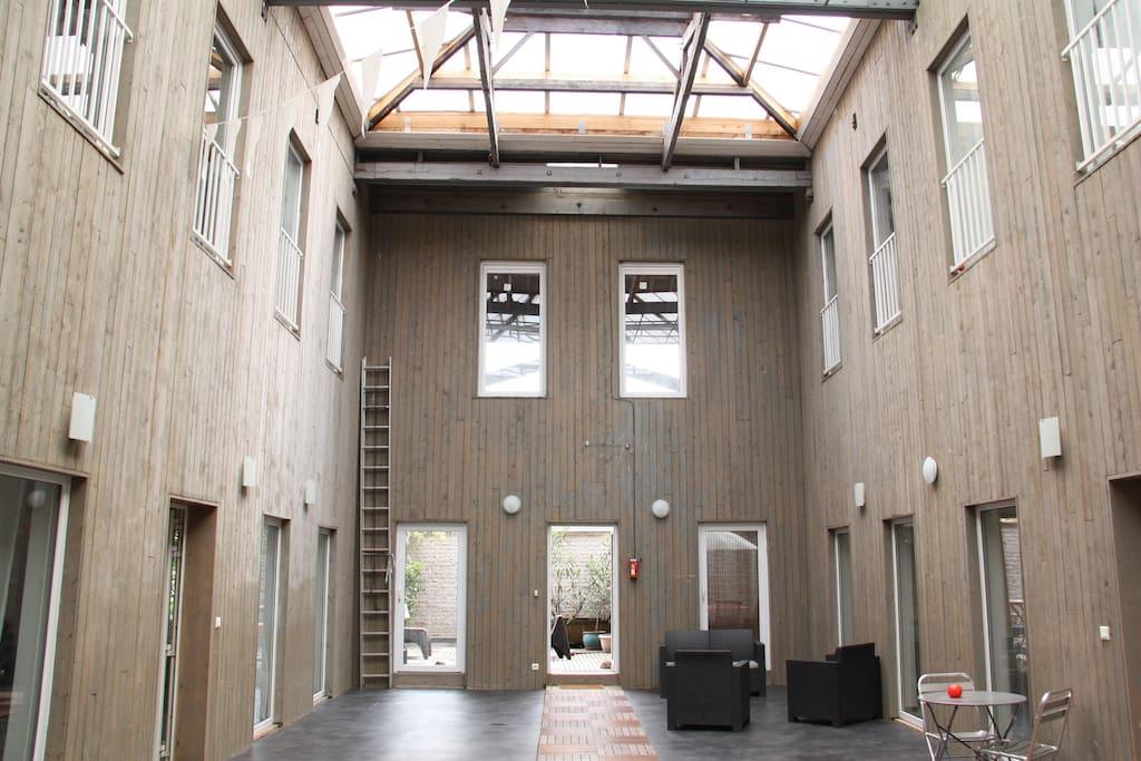 La cour intérieure couverte commune aux 4 duplexs de l'ancien théâtre