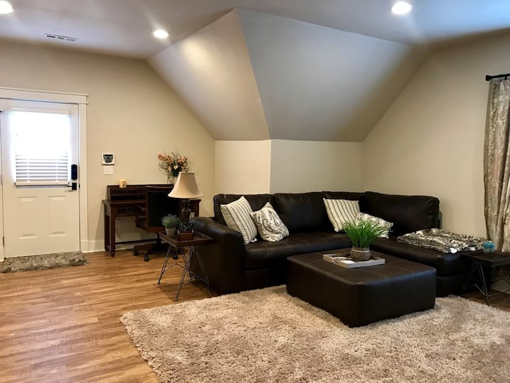 Cozy guest apartment 5 blocks from downtown.