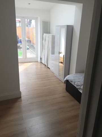 Newly decorated bedroom 7 mins away from station