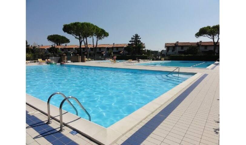Trilocale in Villaggio con Piscina - DANUBIO - Bibione - Huis
