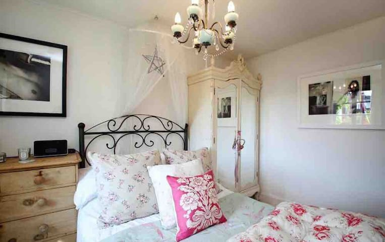 CUTE DOUBLE BEDROOM IN CENTRE
