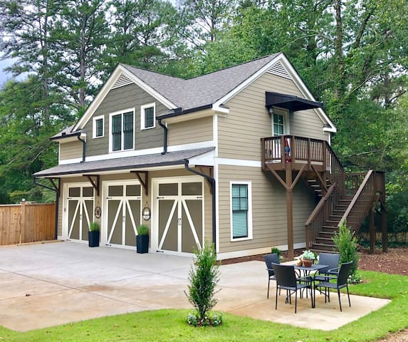Modern Carriage House - 7 Min Walk to Downtown!