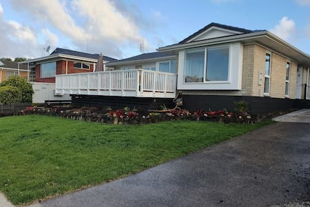 Mangere Bridge Home With a View  - With Breakfast