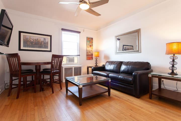 Sleeps 4 - 1 Bedroom - 1 Bath - 2 Beds - Pelham Station - 28 Minutes to Grand Central 5