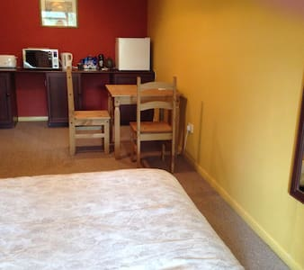Huge Double lockable bedroom/lounge in clean house - Totton