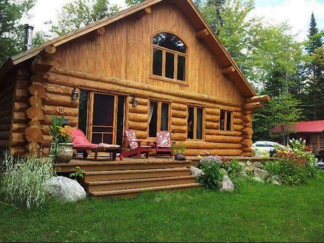 Chalet en bois rond avec foyer et décor des fêtes