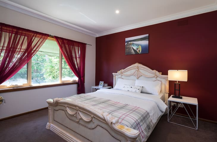 The Cedar House - Super Convenient & Spacious - Burwood East - House