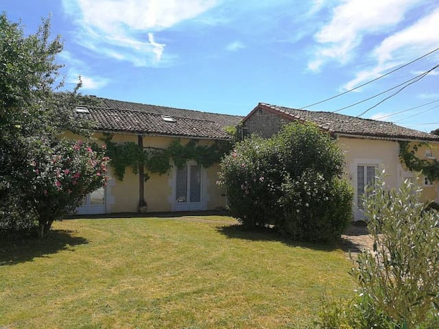 Le Tournesol 2 Br Gite With Shared Pool