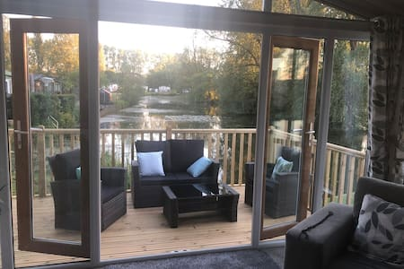Luxury Lake Side Holiday Lodge Sleeps 4