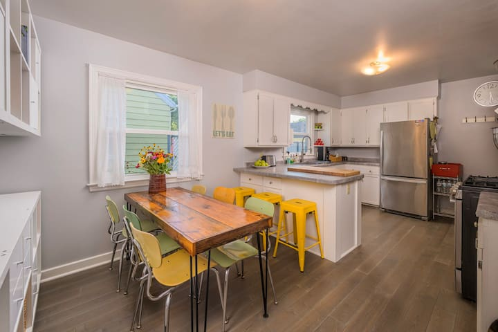5★ Home- 4 Bedroom,  Downtown, PAC, Chef's Kitchen