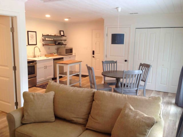 Clean & Private, 15 minutes from Downtown