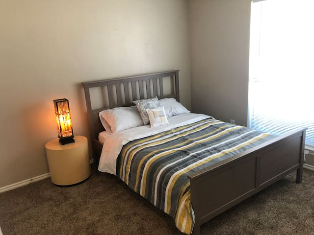 Beautiful Bedroom w/Queen bed. Quiet neighborhood