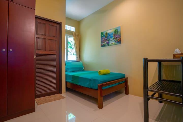 房间4:单人间,2*1.2的床,床垫软硬适中,带淋浴的独立卫生间(配施华寇洗发水及白蜗牛沐浴液),电扇,壁橱等。
