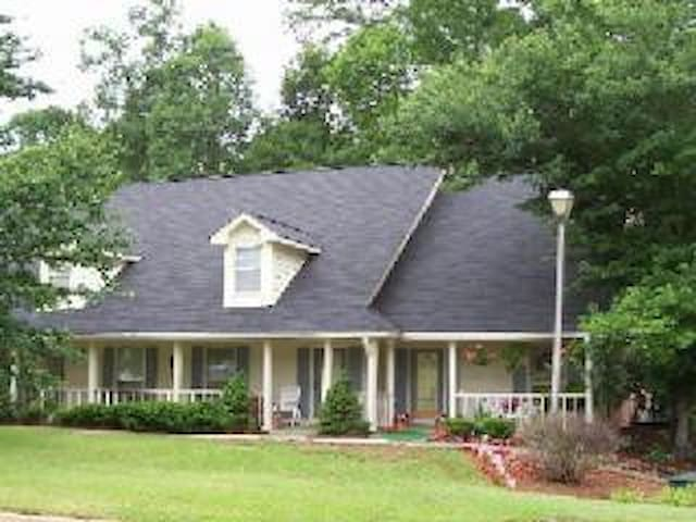 Cozy 2 BDR 2BA in Conyers, Sleeps 4 - Conyers