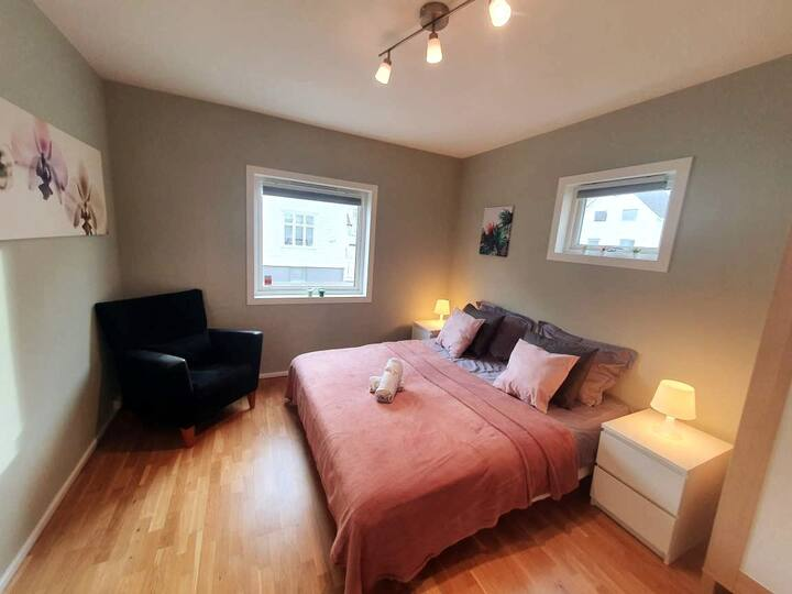 Bright And Central 2 BR w/King Bed + Free Parking