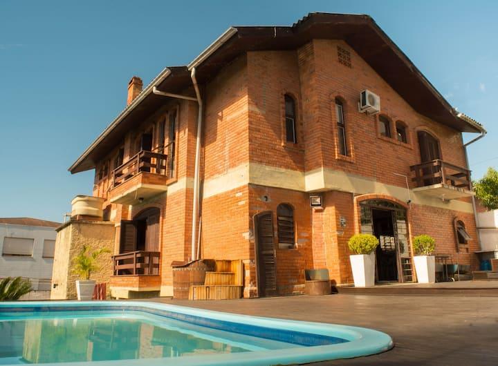 Casa inteira com piscina em Caxias do Sul
