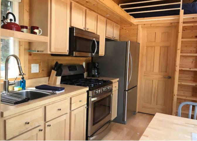 The Little Bear- A Tiny House, Pool and Creekside