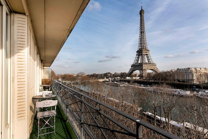 Vue  sur la Tour Eiffel et tout Paris depuis le balcon // Eiffel Tower and Paris view from the balcony