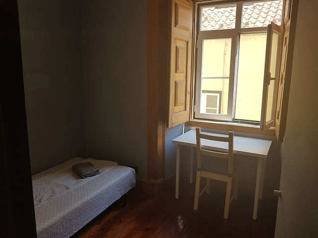 Private small bedroom Chiado, heating, a/c, wifi