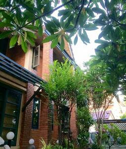 Green tails - paws& ur guest house - Ladprao - Hus