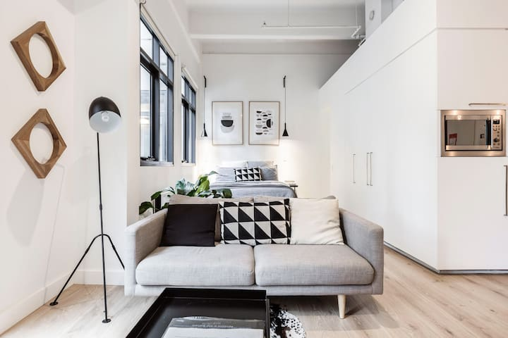 Modern, Elegantly Designed Melbourne CBD Apartment