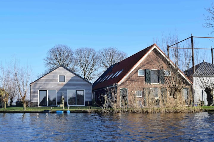Beautiful house at the water 6 km from Leiden