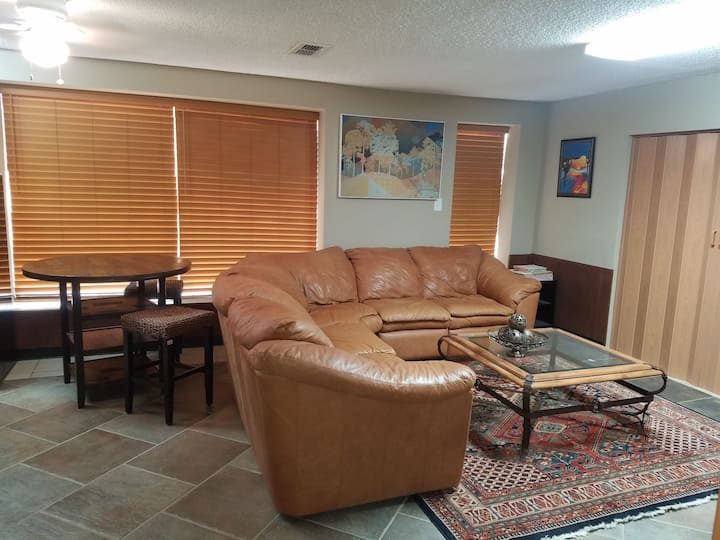 Cozy escape walking distance to the lake!